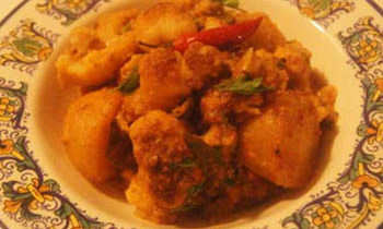 Aloo Phulkopir Dalna / Spicy Potato Cauliflower